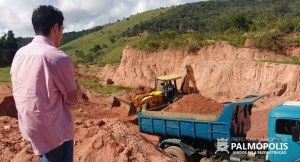 Secretária de Obras recupera estradas vicinais do município